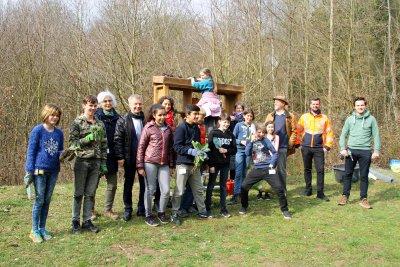 Auf der Bienenwiese am Wasserhochbehälter versammelten sich mit Bürgermeister Otto Neuhoff die fleißigen Helferinnen und Helfer der Schule Schloss Hagerhof und der Drachenfelsschule, die mittels Bienenhotel und Pflanzaktion für Artenvielfalt sorgten.