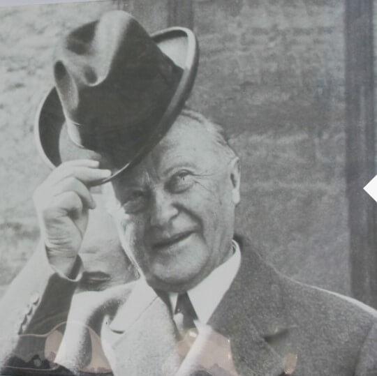 Konrad Adenauer grüßt