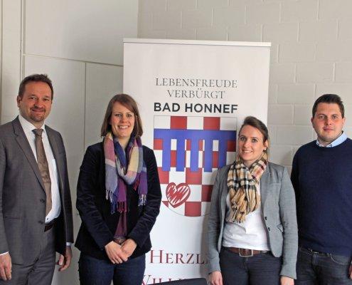 Für die Veranstaltung Rhein in Flammen in Aktion – v. l.: Erster Beigeordneter der Stadt Bad Honnef Holger Heuser, von der Wirtschaftsförderung: Johanna Högner, Annette Engels (Ordnungsamt) und Sandro Heinemann (RheinEvents GmbH).