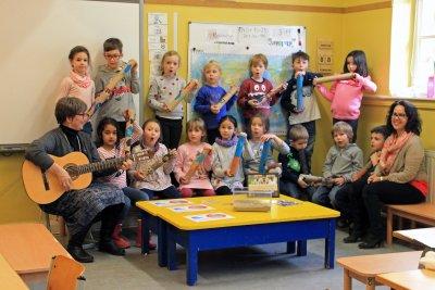Die Grundschülerinnen und –schüler singen das afrikanische Regenlied, das ihnen Maria-Elisabeth Loevenich (links) während des Unterrichts über das Thema Wasser und Abwasser beibrachte – die Klasse 1c mit Lehrerin Anja Schumacher (rechts).