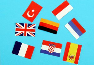 Symbolfoto: Flaggen verschiedener Nationalitäten auf hellblauem Grund