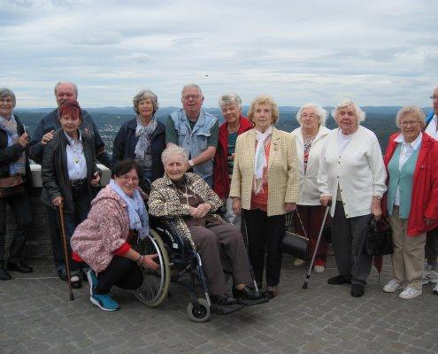 Gruppe der regelmäßigen Gäste des Seniorentreffs bei einem Ausflug zum Drachenfelsplateau