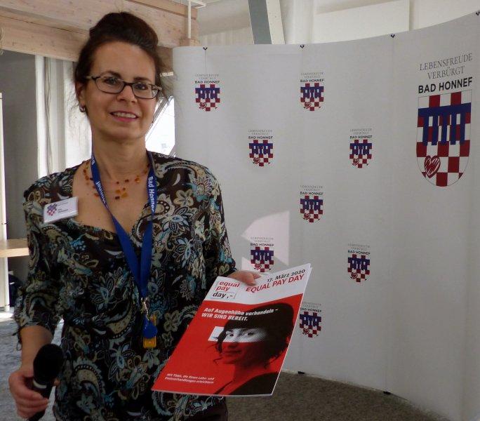 Gleichstellungsbeauftragte iris Schwarz mit dem Equal Pay Day Journal
