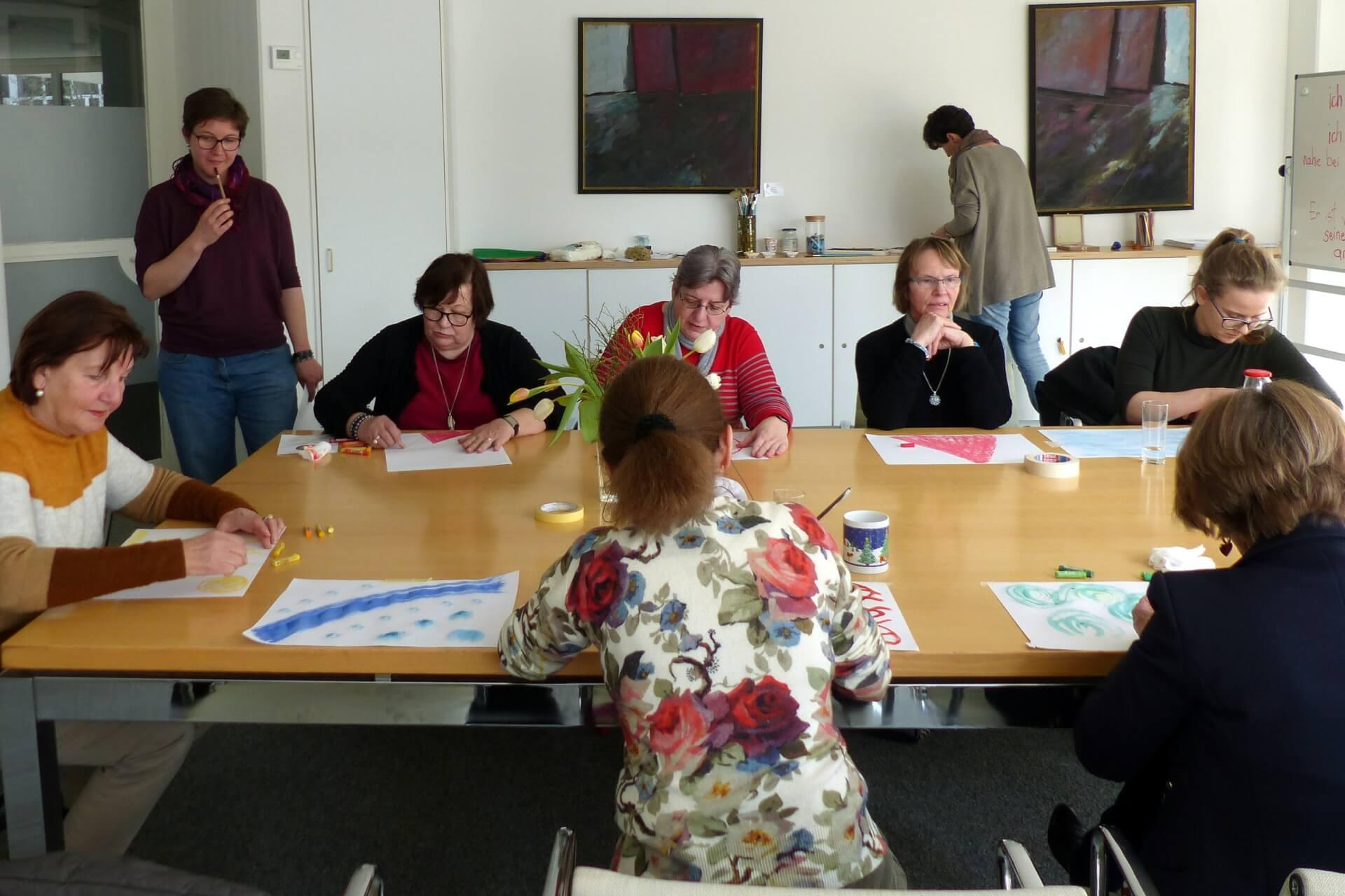 Teilnehmerinnen malen beim Kreativworkshop