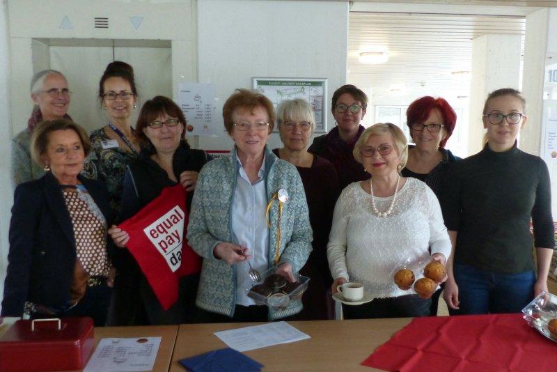 Die Veranstalterinnen vom Weltfrauentag im Rathaus wiesen auf den Equal pay Daxy hin