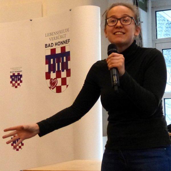 Poetry-Slammerin Ella Anschein in Aktion