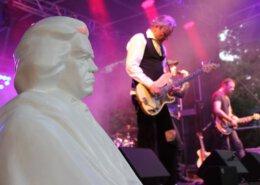 Büste Ludwig van Beethovens in weiß und ein Musiker mit E-Gitarre