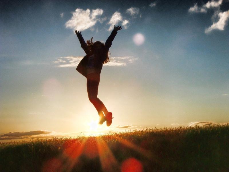 Das Bild zeigt eine Person, die inspiriert einen Luftsprung macht.