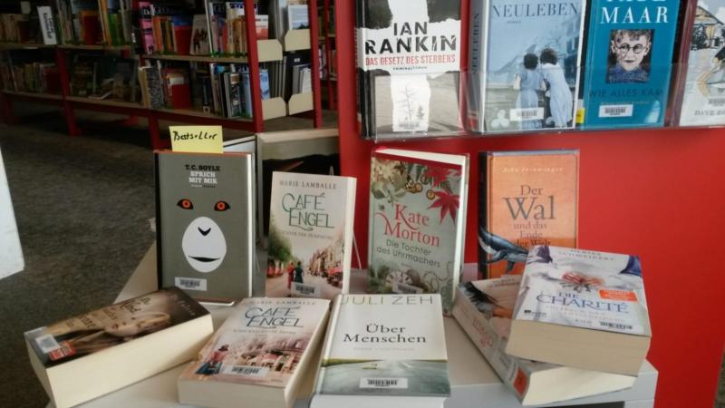 Das Regal im Eingangsbereich der Bücherei mit den aktuellen Büchern.