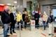Vor dem Maibaum im HIT-Markt zum Auftakt der Aktion zur Ehrenamtsakquise versammelt – v. l. mit Abstand: Dirk Pütz (HIT-Markt), Felix Trimborn (Stadt Bad Honnef), Katja Hurrelmann (Bündnis für Familie), Laura Solzbacher (Bündnis für Familie), Erster Beigeordneter Holger Heuser, Jessika Voß (Stadt Bad Honnef) und Nadine Batzella (Stadt Bad Honnef).