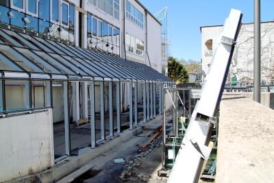 Hinterer Bereich des Rathaus - mit Leiter, offenen Rohren im Boden und Aluprofilen für den Wintergarten