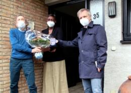 Bürgermeister Otto Neuhoff (rechts) überreichte Ernst Specht (links) die Dankmedaille für Bürgerengagement und Traditionspflege. Über den Blumenstrauß freute sich Fanta Tortor Sesay-Specht (Mitte) – seit 40 Jahren mit Ernst Specht verheirat.et.