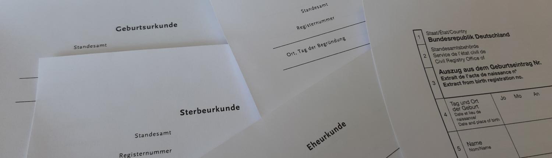 verschiedene Urkunden liegen aufeinander