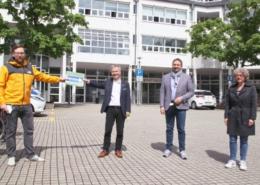 Foto – mit Abstand: Thomas Zander (links), Sprecher der Initiative für die Einbahnstraßenregelung in der Berliner Straße, übergibt Bürgermeister Otto Neuhoff die Unterschriftenliste – rechts daneben: Erster Beigeordneter Holger Heuser und Marion Kamper (Anwohnerin der Berliner Straße).