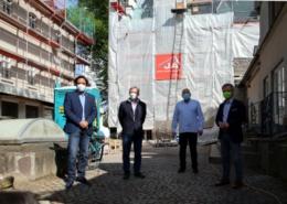 Im Hof der Villa Schaaffhausen, um die Baustelle zu besichtigen – v. l. mit Abstand: Fabiano Pinto (Geschäftsbereichsleiter Städtebau), Eigentümer Frank Lotz, Architekt Klaus Niehoff und Bürgermeister Otto Neuhoff