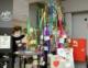 Maibaum-Birke mit bunten Flatterbändern und Ehrenamtsangeboten