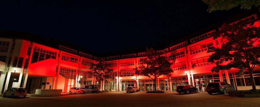 Rathaus der Stadt Bad Honnef in rot illuminiert