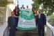 Mitarbeitende und Auszubildende der Stadt Bad Honnef mit Bürgermeister Otto Neuhoff (links) und Erstem Beigeordneten Holger Heuser (rechts) unterstützen die Ziele der Mayors for Peace für atomare Abrüstung und halten die Mayors-for-Peace-Flagge.