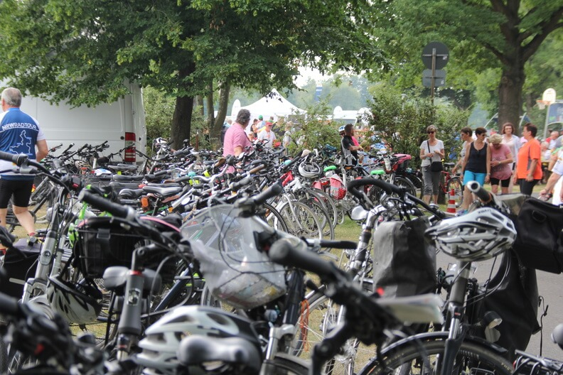 Hunderte auf der Insel Grafenwerth abgestellte Fahrräder
