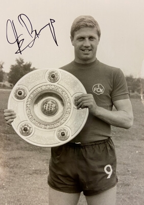 Franz Brungs mit der Meisterschale, signiert. Presse-Bild Kurt Schmidtpeter