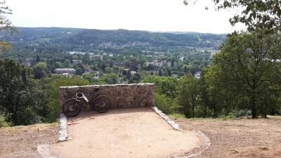 Fahrrad an den Aussichtspunkt gelehnt.