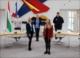 Foto zeigt die Wandskulptur im Ratssaal und v. l.: Lasse Dobler, Nicole Rein, Patricia Büsch, Lara Löbbert und Kai Schallenberg
