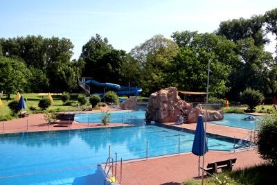 Blick auf Schwimbecken und Wasserrutsche