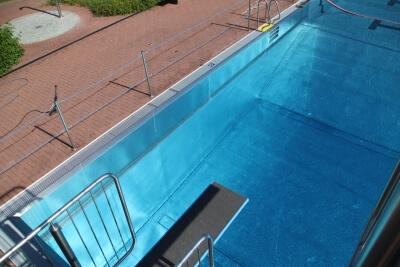 Blick auf das 3-Meter-Brett und Wasser
