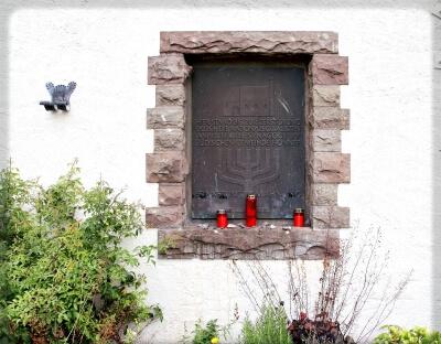 Ansicht der Tafel, die an die Synagoge in Bad Honnef erinnert