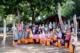 Fast alle Kinder aus den ersten Klassen der Schule Am Reichenberg mit den Erwachsenen (in der Mitte – v. l. ): Stefanie Galvao de Brito (Volksbank Köln Bonn eG), Stephanie Eichhorn (Leiterin der Stadtbücherei), Erster Beigeordneter Holger Heuser und (ganz rechts) Schulleiterin Nicola Kiwitt