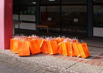 ABC-Tüten zu Hauf - vor der Schule aufgereiht