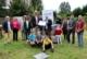 Foto auf der Streuobstwiese mit Schülerschaft und Netzwerkmitgliedern