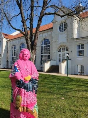 Beethovenfigur in rosa vor dem Kurhaus