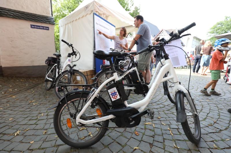 Wirtschafsförderin Johanna Högner erklärt das Radverkehrskonzept