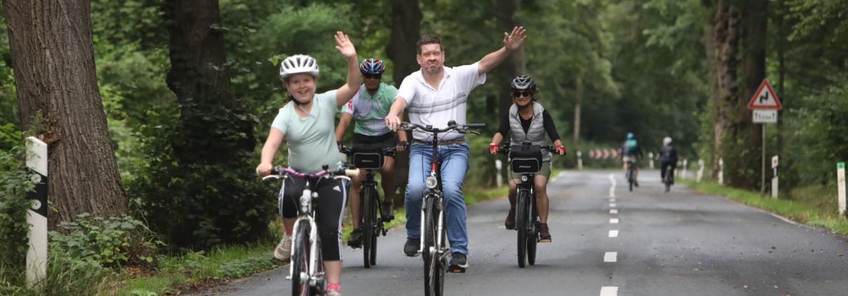 Fahrradfahrer fahren talabwärts über die Schmelztalstraße im Siebengebirge nach Bad Honnef