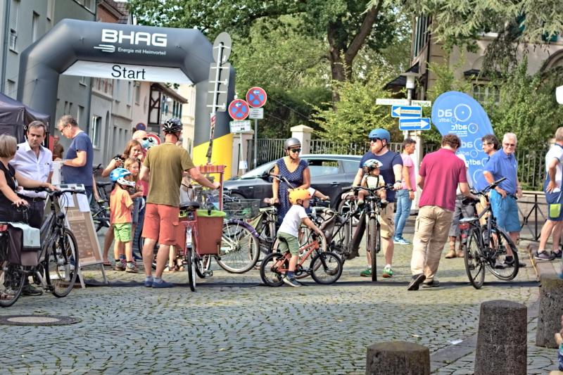 Ziel für kleine und große Radfans: auf dem zentral gelegenenen Kirchplatz starteten die Teilnehmer auf die Radstrecken einer Rallye durch die Stadtteile.