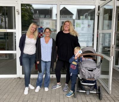 Vor dem Rathaus – v. l.: Jessika Voß (Fachdienst Soziales und Asyl), Nadine Batzella (Fachdienstleiterin Soziales und Asyl) und Laura Solzbacher (Vorsitzende von Hauptsache Familie – Bündnis für Bad Honnef e. V.)