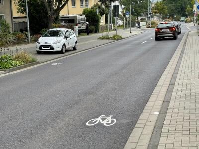 Fahrbahn der Linzer Straße mit Piktogramm - einem Fahrradsymbol