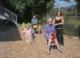Die Erwachsenen sitzen auf den neuen Spielgeräten - Wippen und Rutsche