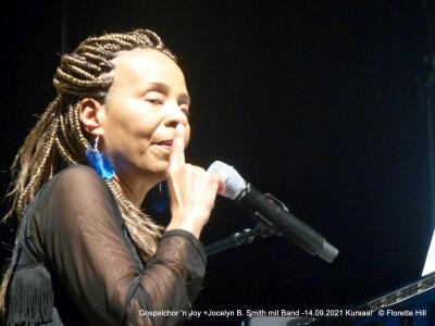 Portrait mit Mikrofon Joyelyn B. Smith