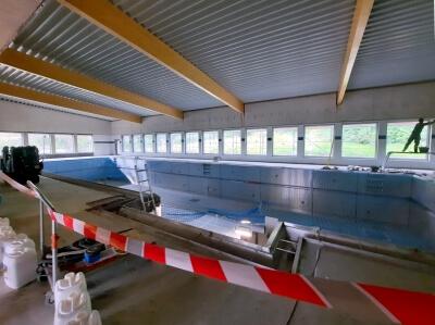 Innenansicht Lehrschwimmbad mit Flatterband und Stahlbecken