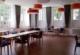 Raum mit Tischen und blauen Stühlen für den Seniorentreff