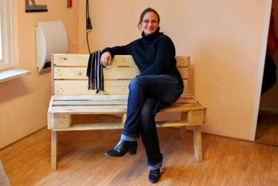 Nadine Batzella auf einer Sitzbank aus Paletten