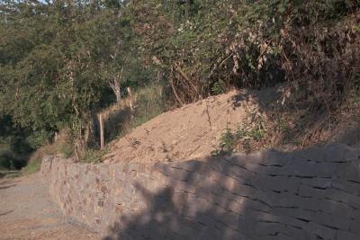 Klassische Trockenmauer am Weg