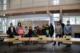 Im Ratssaal: SChulkinder. Lehrerinnen udn Lehrer und Verwaltung vor der Pinnwand der Löwenburgschule