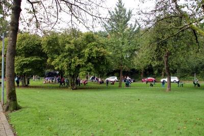 Parkanlage mit Personen im Hintergrund