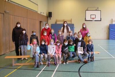 Tunrhalle mit den Kindern und Erzieherinnen - vorne Bürgermeister Otto Neuhoff