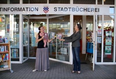 Vor dem Rathaus: Stephanie Eichhorn - links - und Autorin Catrin Mödereler