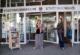 Vor dem Rathaus und er Stadtbücherei - Autorin Catrin Möderler überreicht ihr Buch an Stephanie Eichhorn, Leiterin der Stadtbücherei (links)