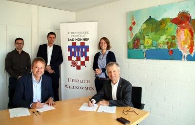 Im Besprechungsraum 3 Personen von der telekom und 2 Personen von der Stadt Bad Honnef während der Unterzeichnung